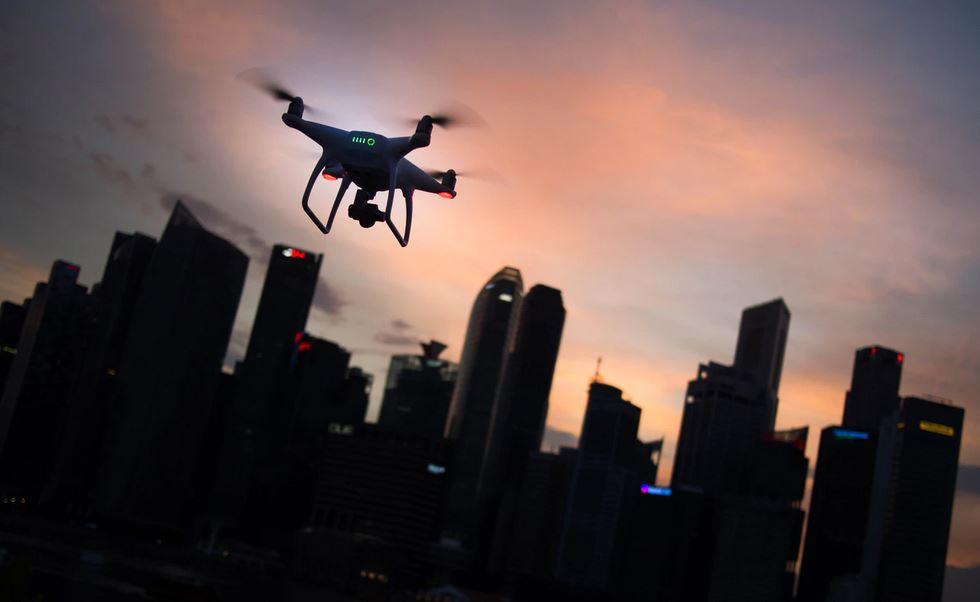 drone volant vers la ville